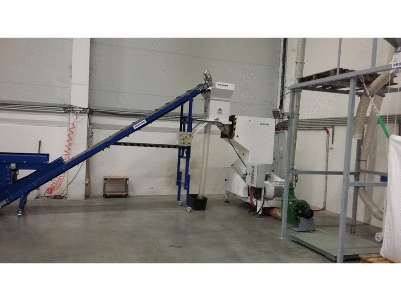 Belt conveyor with a magnetic separator