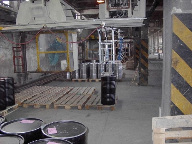 Manipulátor s 200 kg sudy s přísavkou