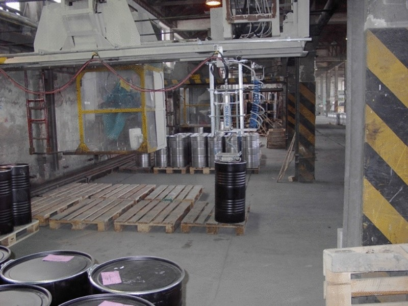 Manipulator with 200kg barrels with a suction cup