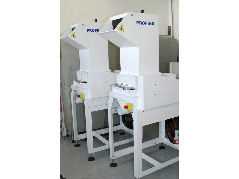 Plastic shredder with a discharge hopper for extraction